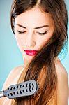 Šaltojo sezono palydovas – įsielektrinę plaukai: kokios priemonės efektyviausios?